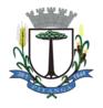 """Art. 4º – O Brasão de Armas do Município de Pitanga, é um escudo do tipo português, na cor branca, contendo em seu interior a figura de um pinheiro, em suas cores. O escudo é encimado por uma coroa de 8 (oito) torres, na cor prata (branca), das quais apenas 5 (cinco) são visíveis, que representa a autoridade Municipal. À destra do escudo do Município figura uma haste de trigo frutificado, em suas cores. À sestra, uma cana de milho frutificada, em suas cores, representando as principais riquezas do Município. De acordo com as normas heráldicas, o lado direito de um símbolo é o lugar que fica à direita de uma pessoa colocada junto a ele e voltada para quem observa este símbolo. O listel, em azul, unindo a haste de trigo e a cana de milho, contém a seguinte inscrição, em prata: """"28.1 PITANGA 1944"""", que corresponde à data de instalação do Município e ao topônimo. Parágrafo Único - As Cores · O verde denota fé. Simboliza esperança, liberdade, pujança. · O marrom representa a terra. Sua simbologia se identifica com as virtudes e qualidades descritas na cor preta. · O preto pertence ao domínio da inteligência. Simboliza prudência, vigor, honestidade. · O amarelo é a imagem da maturidade de juízo. Simboliza nobreza, magnitude, riqueza. · O azul é a cor do firmamento. Simboliza justiça, verdade, lealdade, beleza. · O branco é a luz pura. Simboliza integridade, obediência, vigilância, paz, ordem. · A prata significa pureza, integridade, obediência, firmeza, vigilância, eloqüência, inocência.  Art. 5º – O Brasão Municipal será reproduzido em clichês para timbrar a documentação oficial do Município de Pitanga. Parágrafo Único – Fica instituído o sinete contendo o Brasão de Armas do Município, que será utilizado para autenticar os atos do Legislativo e do Executivo, bem como carimbar papéis de expediente a nível municipal. Art. 6º – O Brasão Municipal poderá ser reproduzido em decalcomanias, brasões de fachada, flâmulas, clichês, distintivos, medalhas, desde que sejam observados"""